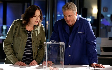 Jorja Fox e William Petersen no laboratório de CSI