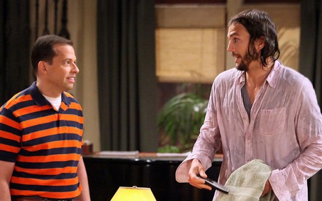 Os atores Jon Cryer (à esq.) e Ashton Kutcher em cena de episódio da nona temporada de Two and a Half Men
