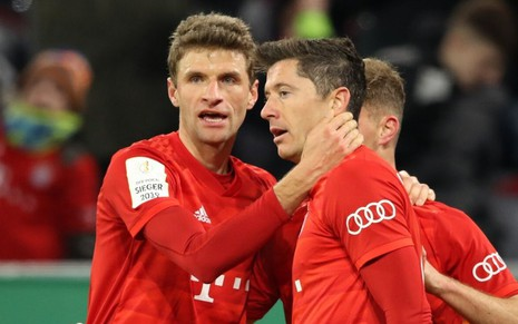 Thomas Müller e Robert Lewandowski comemoram gol do Bayern de Munique, da Alemanha