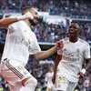 Sorridentes, Benzema e Vinícius Jr. comemoram gol do Real Madrid
