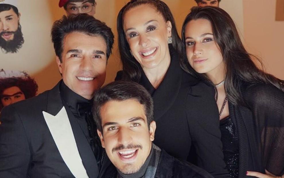 Jarbas Homem de Mello, Enzo Celulari, Claudia Raia e Sophia em foto para o Instagram