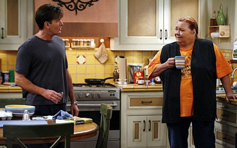 Charlie Sheen e Conchata Ferrell conversam em cena de Two and a Half Men (2003-2015)