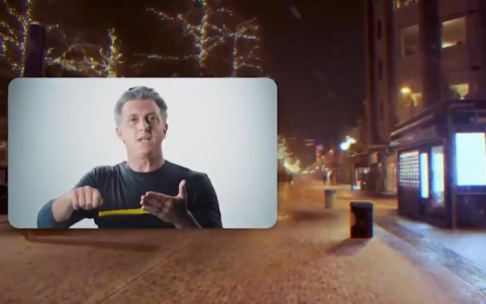 Luciano Huck no lado esquerdo em detalhes de cena do documentário 2021: O Ano Que Não Começou