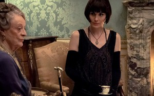 As atrizes Maggie Smith e Michelle Dockery em cena do filme Downton Abbey