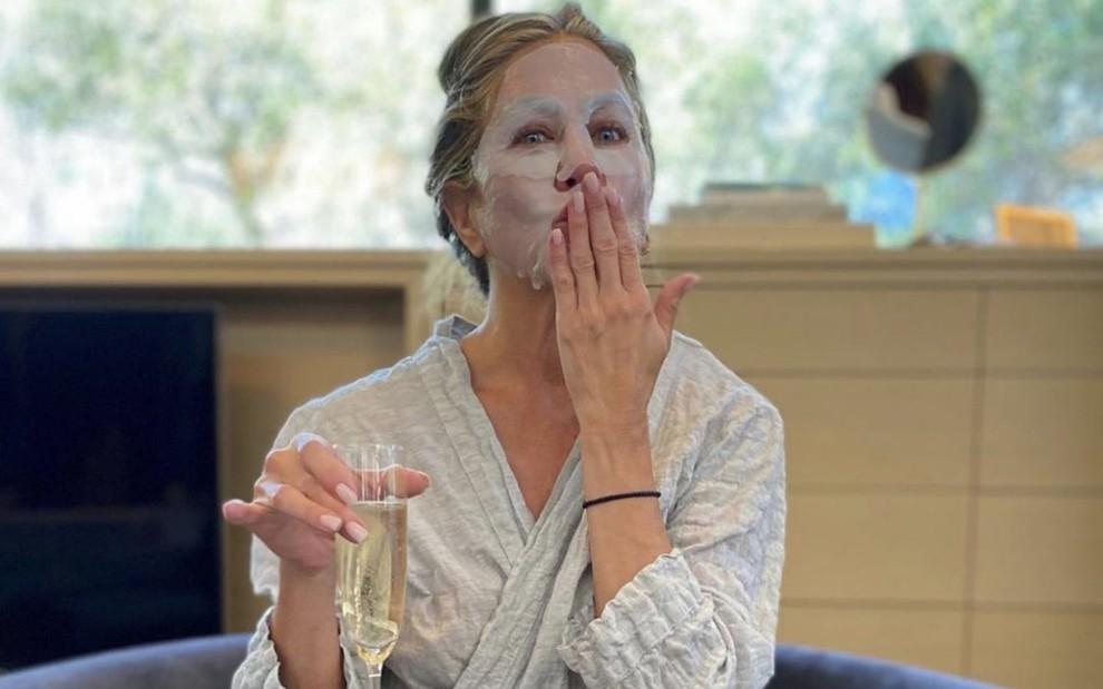 Jennifer Aniston aposta em máscara inusitada antes do Emmy 2020 · Notícias  da TV