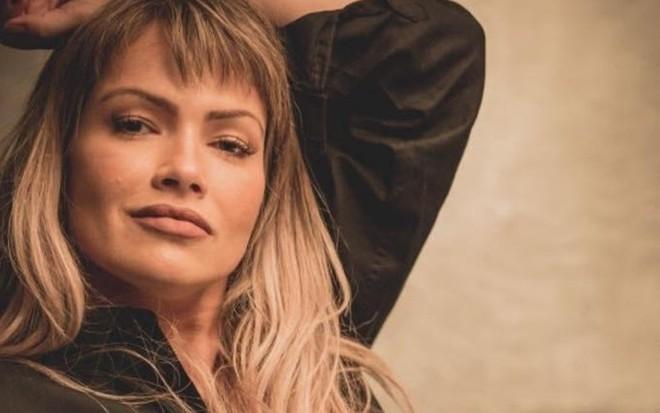 'Cachoeira' | Fani diz que foto nua para revista fazendo xixi foi para causar