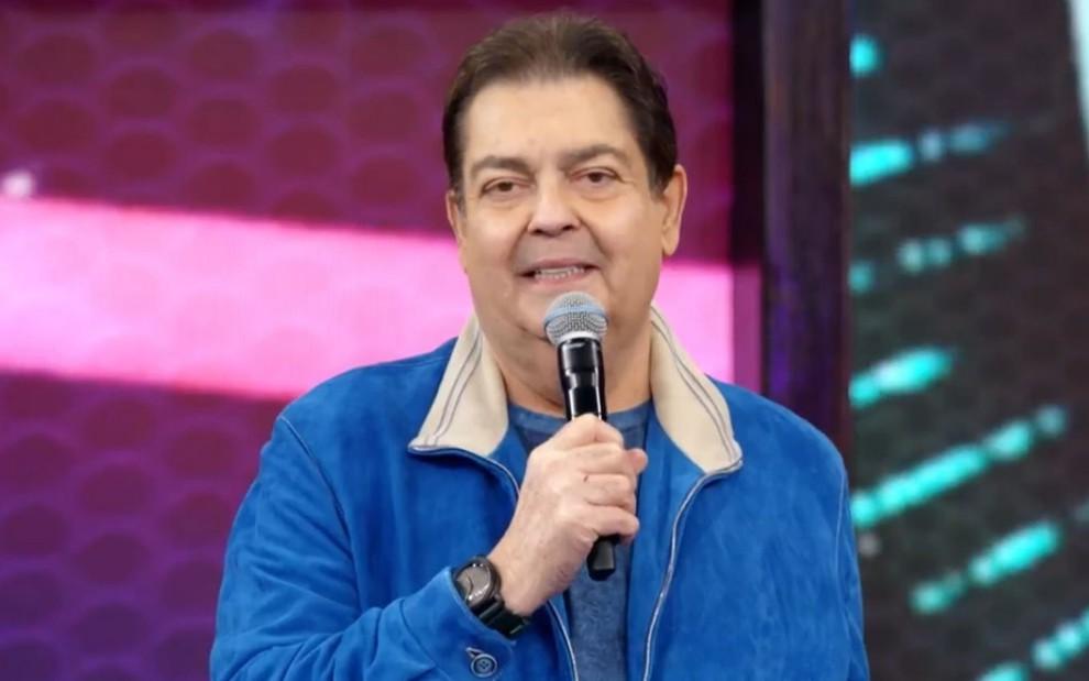 O apresentador Fausto Silva no cenário do Domingão do Faustão, nos estúdios da TV Globo em São Paulo