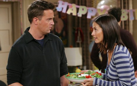 Matthew Perry e Courteney Cox discutem em cena da 10ª temporada de Friends