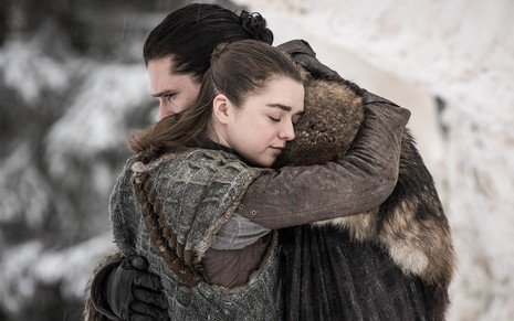 Maisie Williams e Kit Harington se abraçam em cena da última temporada de Game of Thrones, da HBO