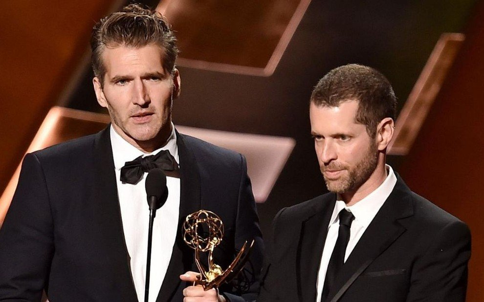 Ao lado de D.B. Weiss, David Benioff segura uma estatueta do Emmy durante premiação do Oscar da TV