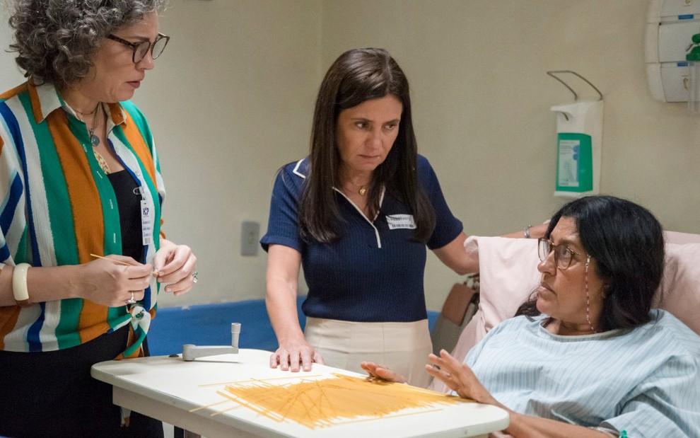 As atrizes Isabel Teixeira, Adriana Esteves e Regina Casé em cena de Amor de Mãe em hospital cenográfico