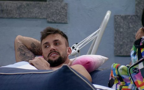 O brother Arthur, do BBB21, deitado na rede