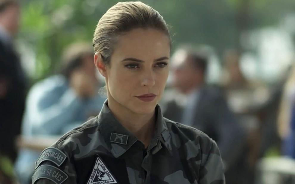 Paolla Oliveira com farda policial e expressão fechada em cena como Jeiza, em A Força do Querer, da Globo