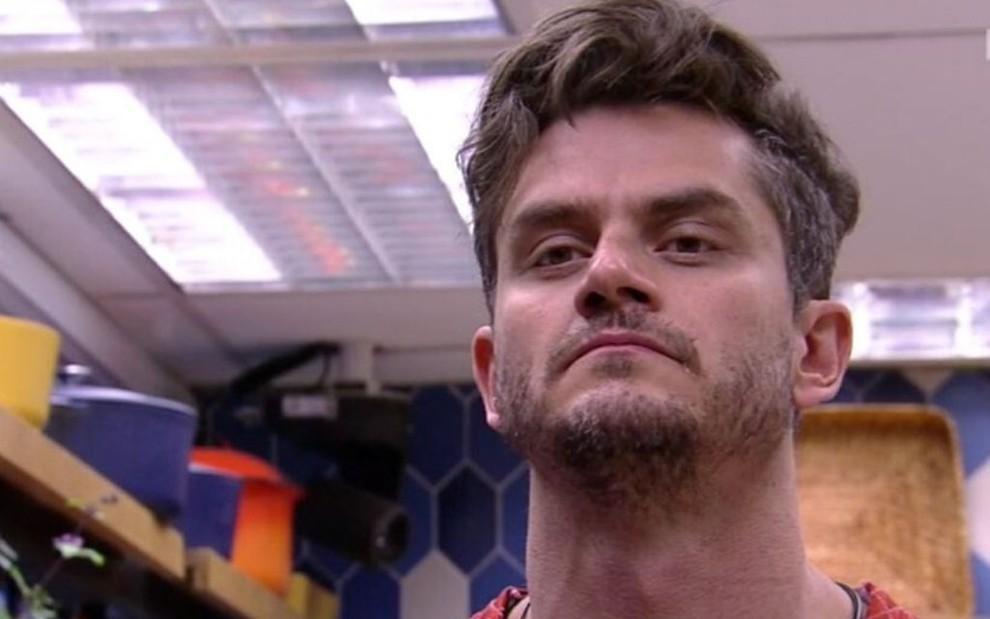 Marcos Harter faz um sinal de prece durante o Big Brother Brasil 17