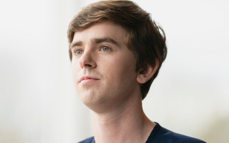 O ator Freddie Highmore em cena da segunda temporada de The Good Doctor