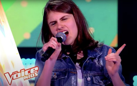 A participante do The Voice Kids Bel Sant'Anna cantando no reality em 2019