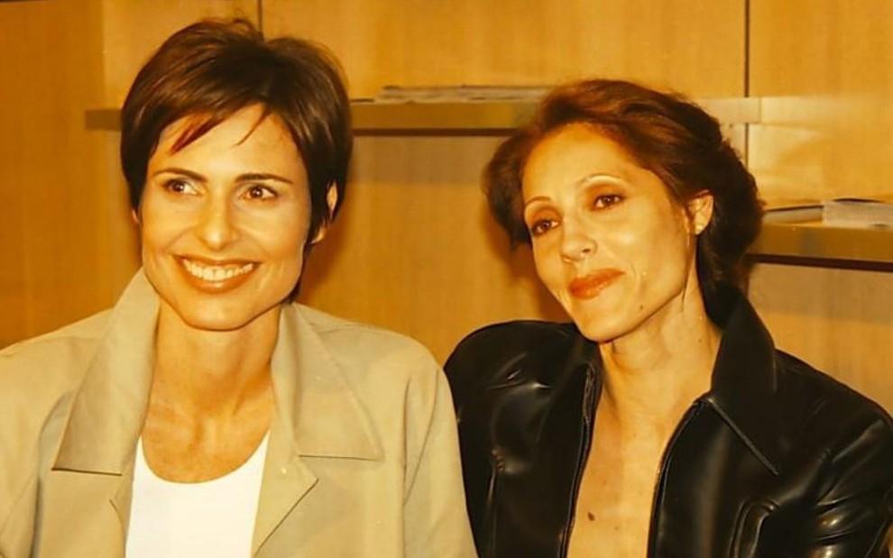 Sílvia Pfeifer e Christiane Torloni como o casal de Torre de Babel: personagens mortas para evitar beijo