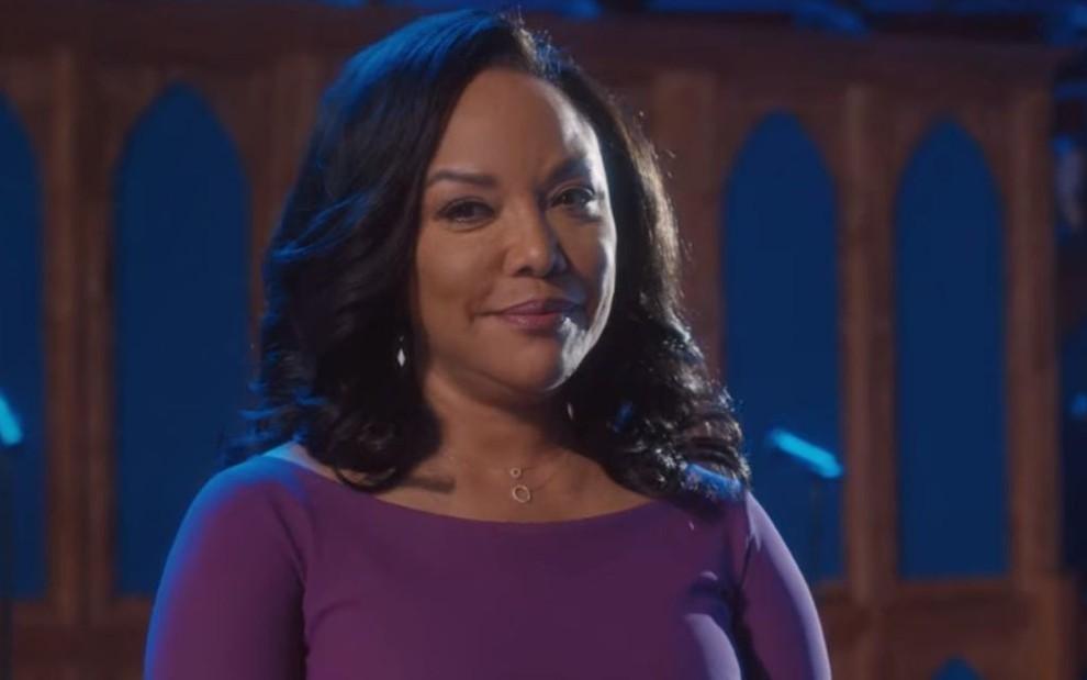 Em cima do altar de uma igreja, Lynn Whitfield usa um vestido roxo na quinta temporada de Greenleaf