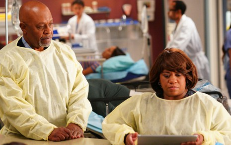 Dentro de um pronto-socorro, James Pickens Jr. e Chandra Wilson vestem avental de médico em Grey's Anatomy