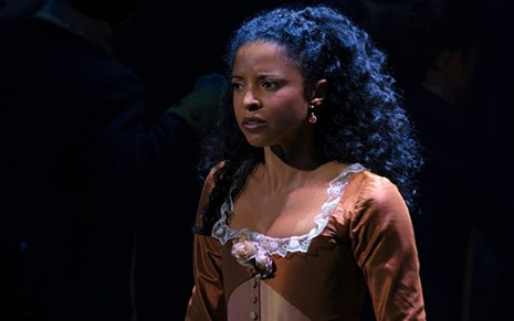 Renée Elise Goldsberry em cena do musical Hamilton
