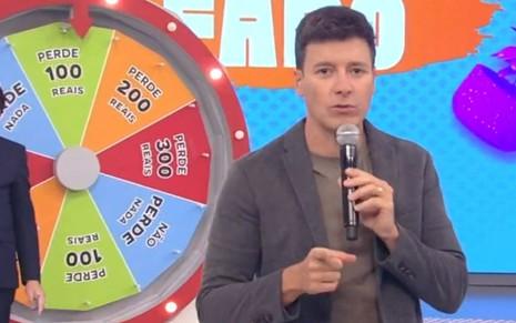 Imagem de Rodrigo Faro à frente da paródia Roda a Roda Tira Aqui, no programa Hora do Faro