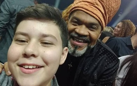 Selfie do cantor Tuca Almeida com o cantor e jurado do The Voice Kids Carlinhos Brown