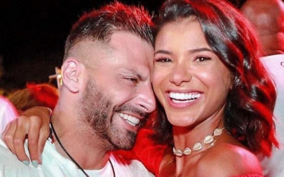 O ator Henri Castelli e a modelo Jakelyne Oliveira abraçados em foto publicada no Instagram