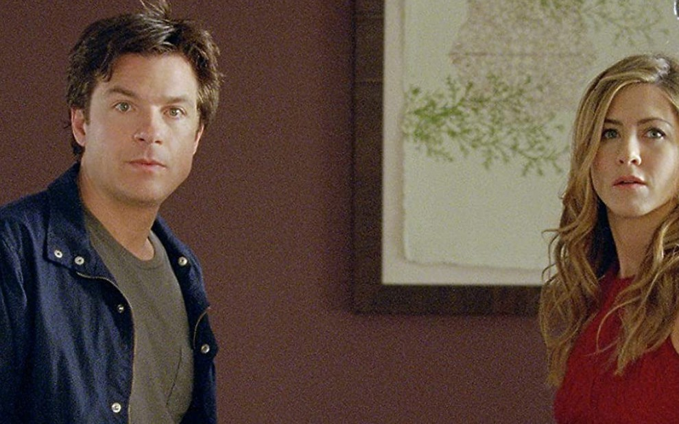 Os atores Jason Bateman e Jennifer Aniston como os personagens Wally e Kassie em cena do filme Coincidências do Amor