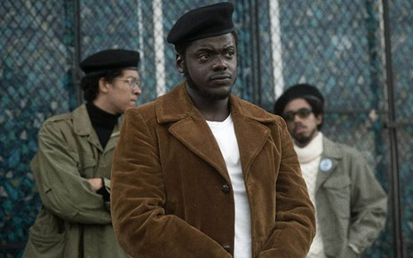 Daniel Kaluuya (centro) em cena do filme Judas e o Messias Negro