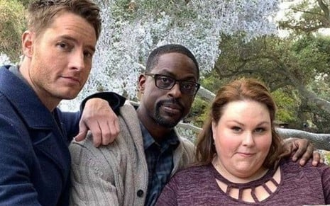 Imagem de Justin Hartley, Sterling K. Brown e Chrissy Metz durante as gravações de This is Us