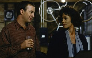 Kevin Costner e Whitney Houston (1963-2012) conversam em cena do filme O Guarda-Costas (1993)