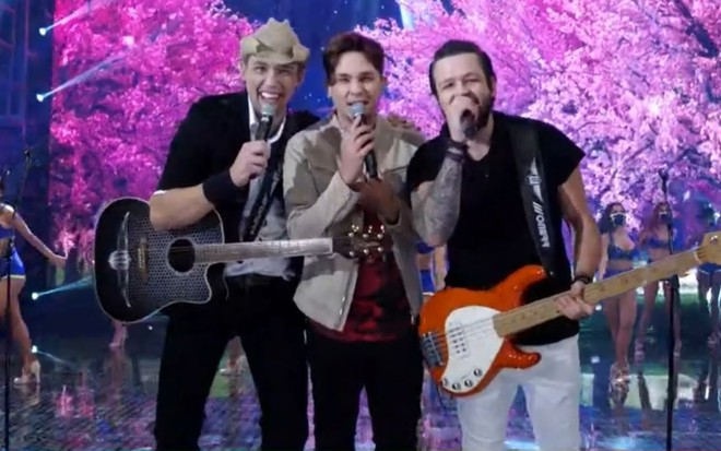 Kiko, Leandro e Bruno cantam no palco do Domingão do Faustão