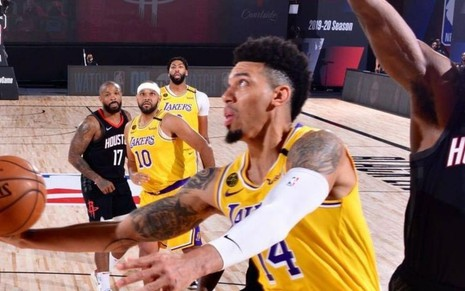 Brandon Ingram (Lakers) e James Harden (Rockets) disputando bola durante jogo da NBA