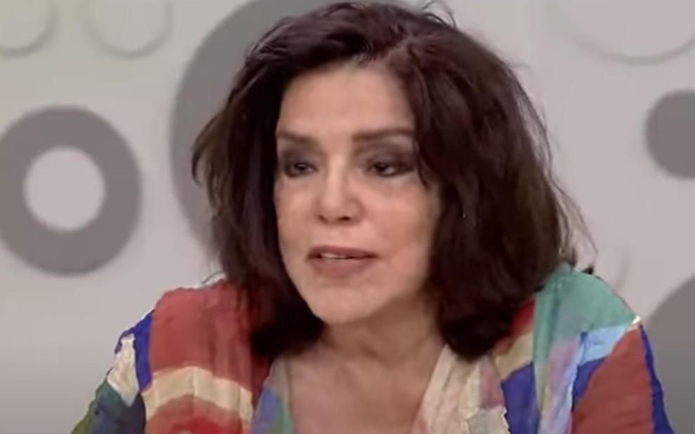 A apresentadora Lúcia Leme falando durante programa especial do Sem Censura, da TV Brasil, em 2017