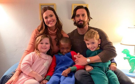 Mandy Moore e Milo Ventimiglia posam com Isabella Rose Landau, Caron Coleman, Kaz Womack no set de This Is Us
