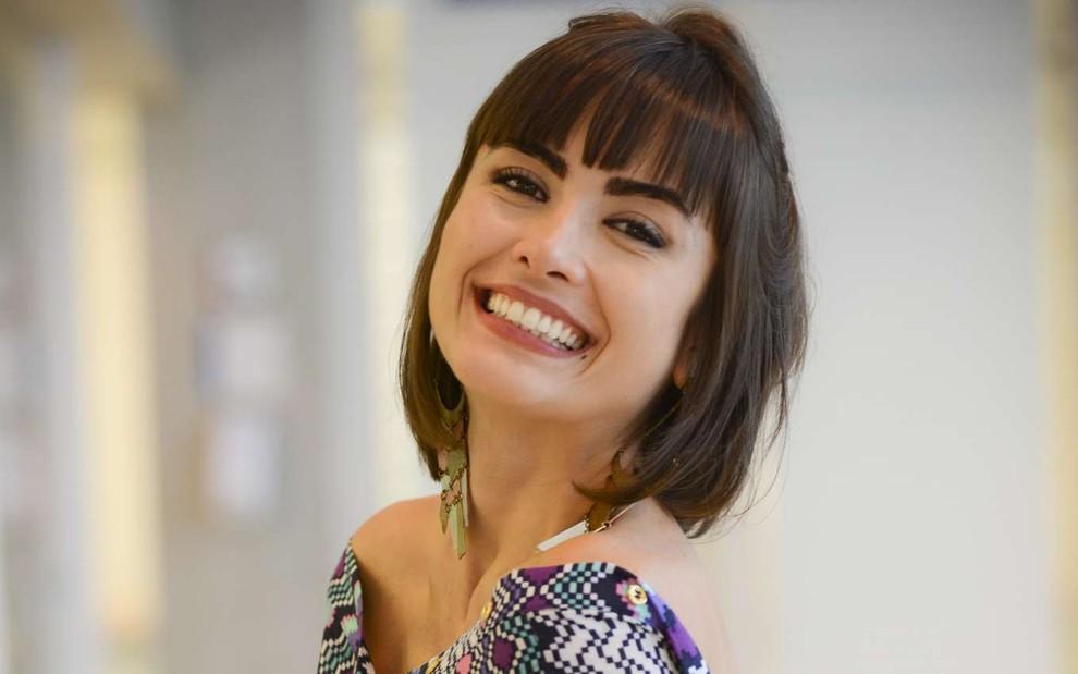 A atriz Maria Casadevall sorrindo para uma foto