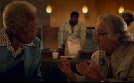 Morgan Freeman e Robert De Niro conversam em cena de  The Comeback Trail