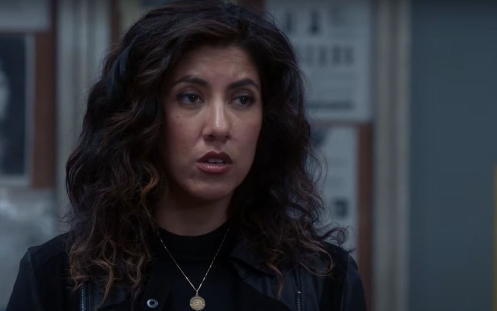 A atriz Stephanie Beatriz caracterizada como a personagem Rosa Diaz na série Brooklin Nine-Nine, da NBC