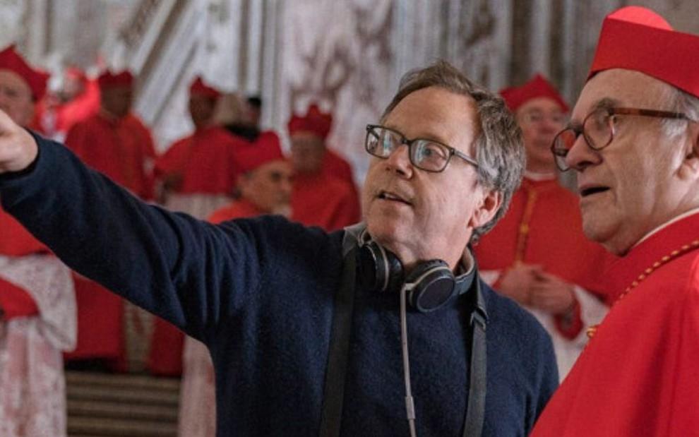 Fernando Meirelles dirige o ator Jonathan Pryce em Dois Papas, filme da Netflix