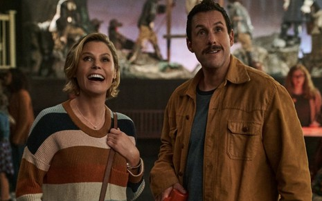 Julie Bowen e Adam Sandler em O Halloween do Hubie (2020)