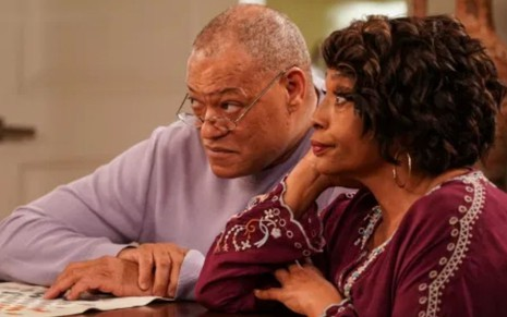 Laurence Fishburne e Jenifer Lewis em cena de Blackish