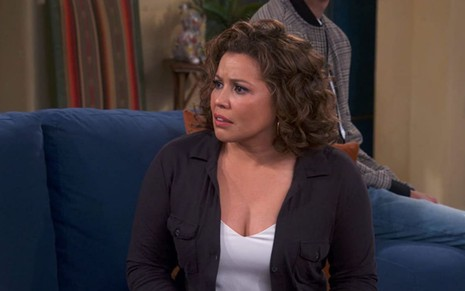 Justina Machado em cena da série One Day at a Time