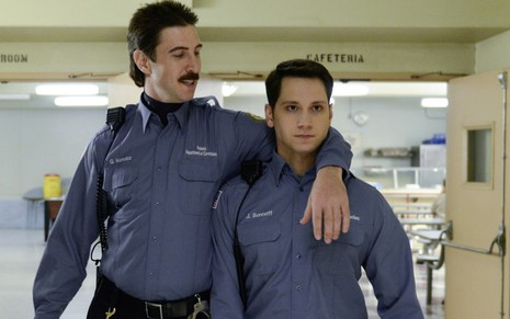 Pablo Schreiber e Matt McGorry viveram os guardas Pornstache e Bennett na série Orange Is the New Black