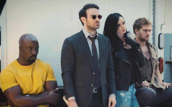 Os personagens Luke Cage, Demolidor, Jessica Jones e Punho de Ferro em Os Defensores da Netflix