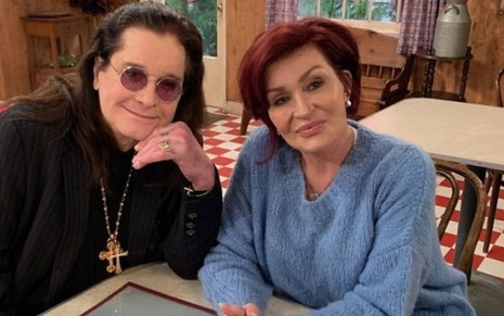 O casal Ozzy e Sharon Osbourne durante as gravações de The Conners, da ABC