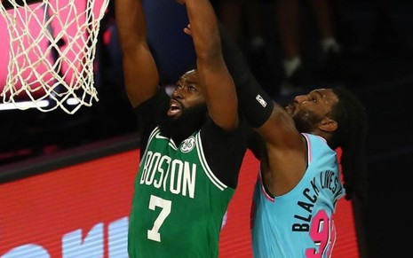 Imagem de Jaylen Brown, do Boston Celtics, e Jae Crowder, do Miami Heat, disputando bola em jogo da NBA
