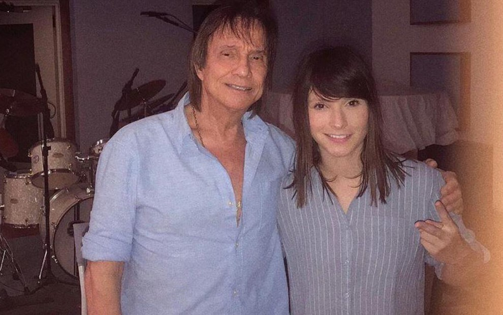 O cantor Roberto Carlos ao lado de Tamara Angel, ex-participante do The Voice