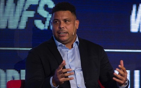Imagem de Ronaldo Fenômeno de terno durante palestra no World Football Summit 2019