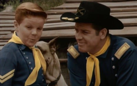 Os personagens Rusty (Lee Aaker) e tenente Ripley (James Brown) na série As Aventuras de Rin Tin Tin, exibida pelo SBT