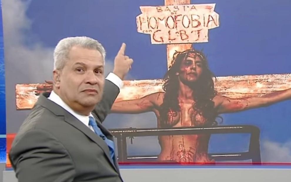 No Alerta Nacional, da RedeTV!, Sikêra Jr. aponta para a foto de Viviany Beleboni representando na Jesus na Parada LGBT